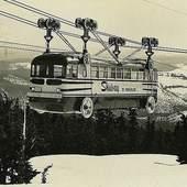 """Voici le fameux Autobus Téléphérique. """"Le Skiway to Timberline"""" était un bus urbain modifié, transporté par un système de câbles issus de l'industrie forestière, utilisant le moteur du bus comme source d'énergie. Il grimpait les trois miles (4.8km) entre le camp du gouvernement et le pavillon de Timberline (Oregon, USA). Il n'a fonctionné que pendant quelques saisons dans les années 1950, car les améliorations apportées à la route menant au Timberline Lodge ont provoqué sa perte financière. 🎿🚌❄️ . On a enfin trouvé d'où venait l'élégance du van @teleferikstore ! 😉 ⛄️ .#specksport #mountains #oregon #timberline #alsace"""